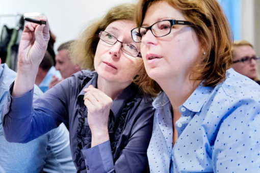 Two women discussing on the conference Innoheat