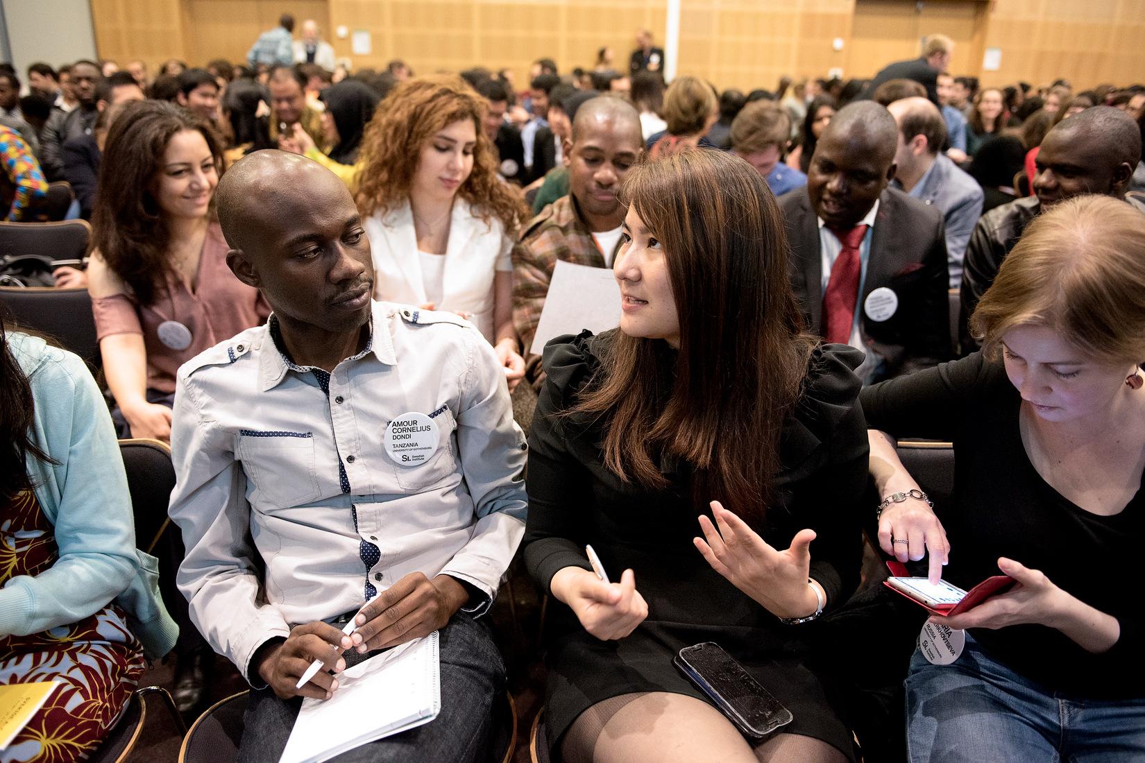 Kvinna och man sittandes i publik