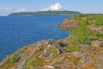 En sjö omgiven av klippor
