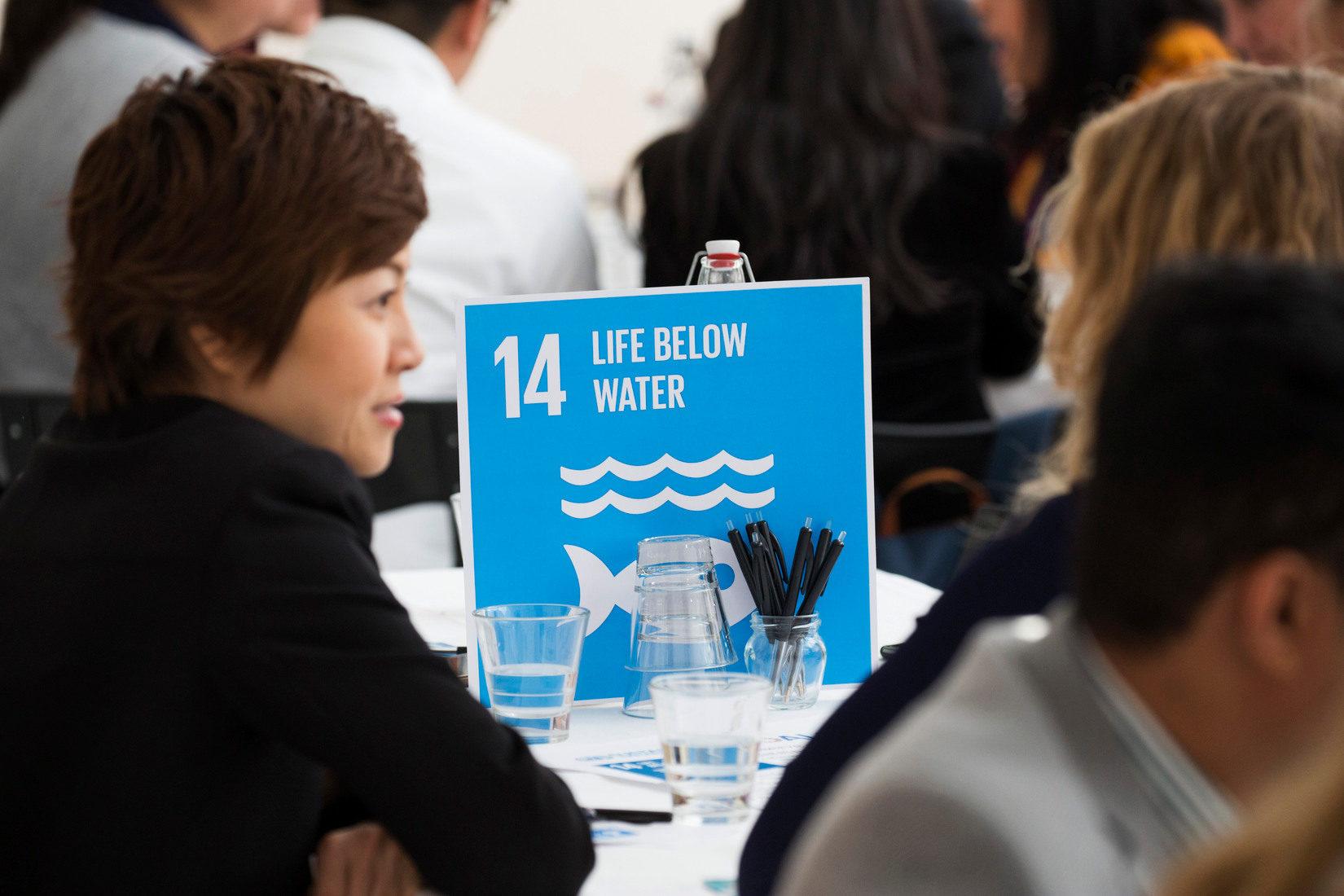 Deltagare i Swedish Institute Mangagement Programme Asien samtalar vid ett bord.