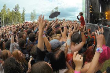 En grupp människor som sträcker upp händer