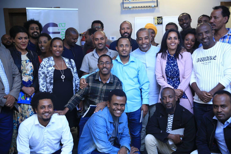 En gruppbild av män och kvinnor som samarbetar med kulturorganisationen Selam.