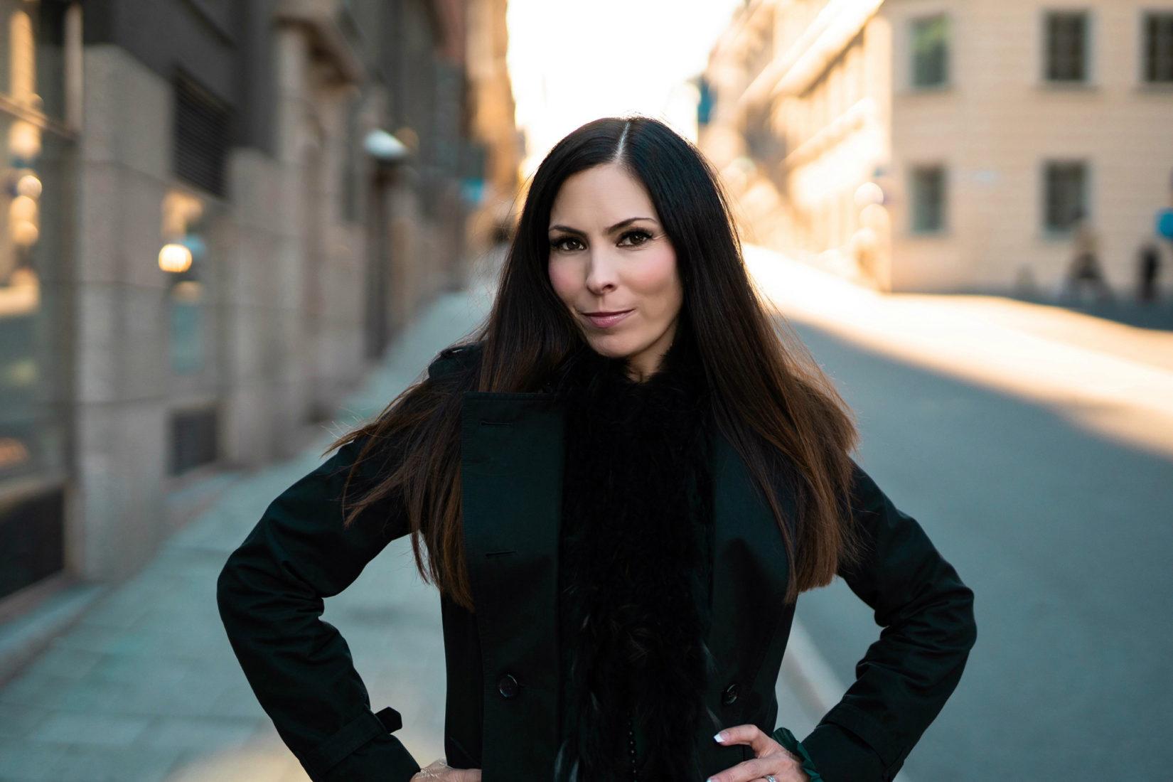 Bild på projektledare Ann Molin på en gata.