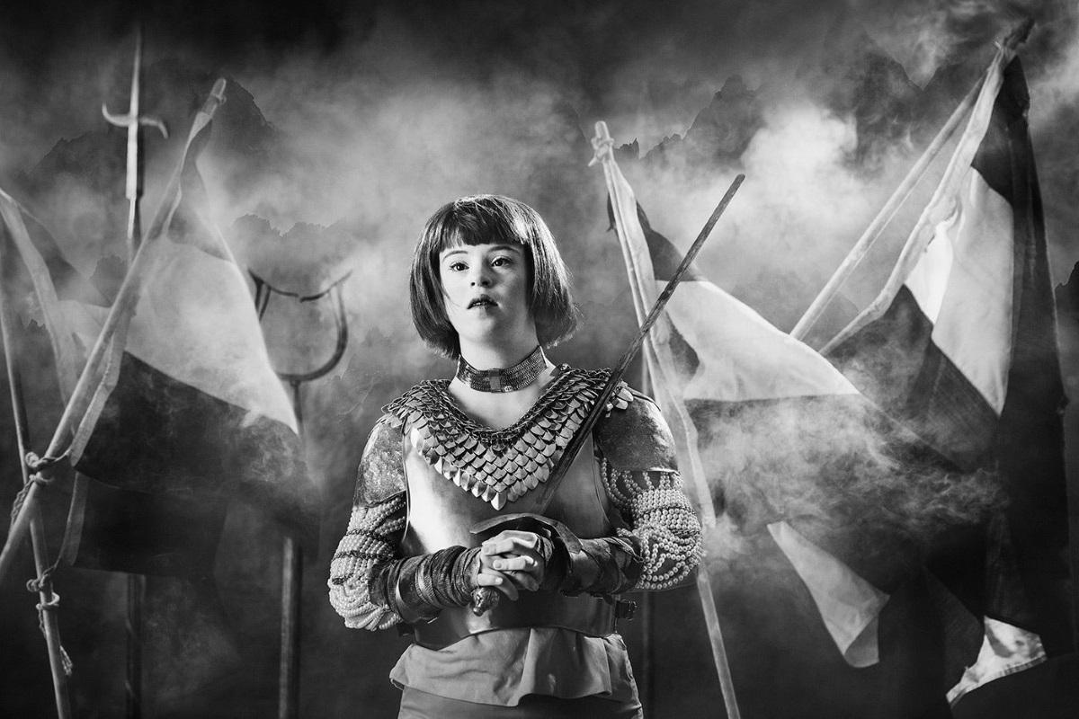 Fotografi från utställningen IKONER, föreställnade ung flicka med Downs syndrom som Jeanne d'Arc.