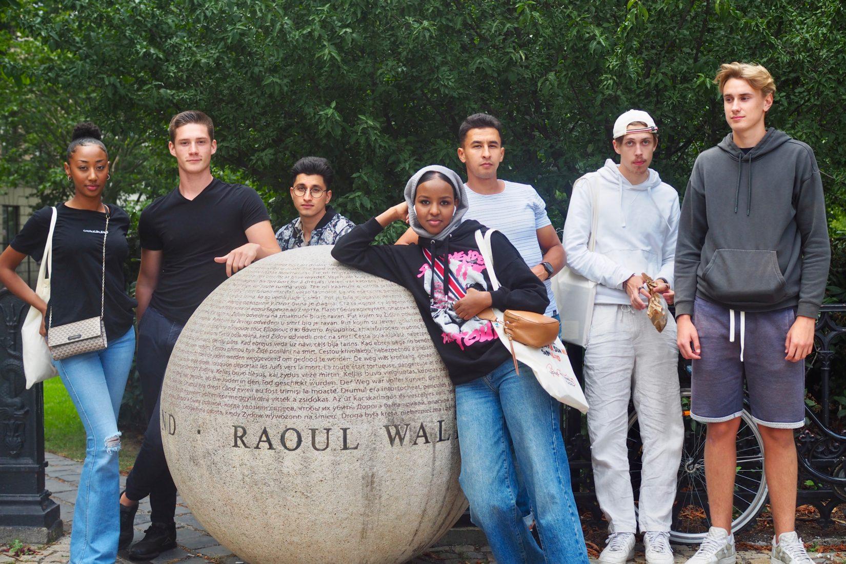 DE sju vinnarna av 2020 års Ungt kurage-pris står uppställda vid Raoul Wallenberg-stenen i Stockholm