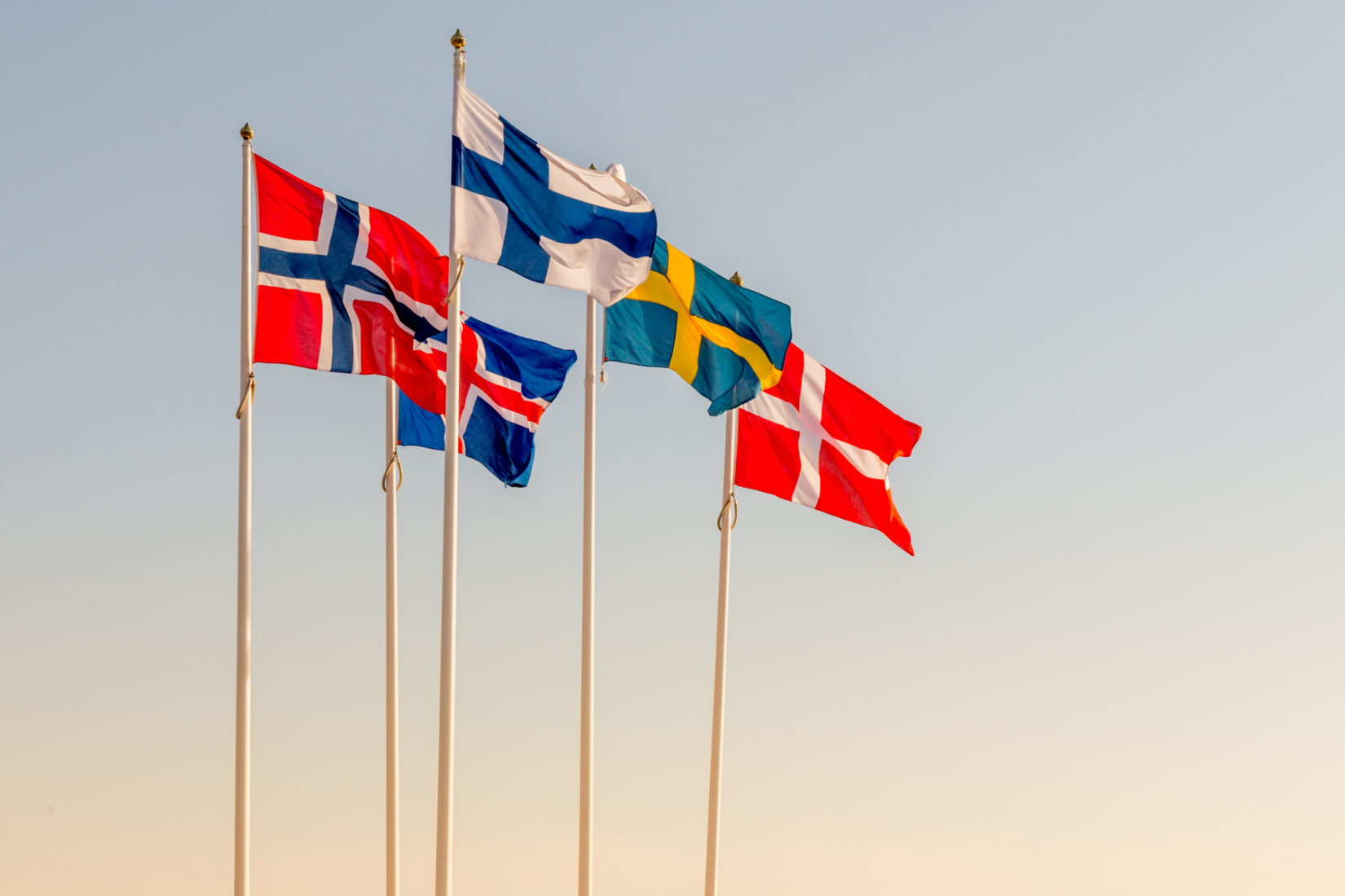 Flaggstänger med de fem nordiska flaggorna