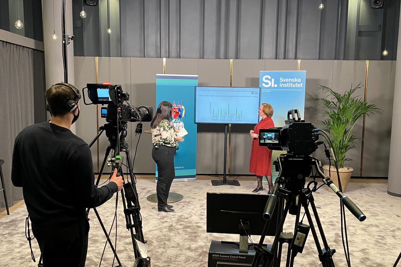 Sofia Bard och Madeleine Sjöstedt från Svenska institutet står i studion under inspelningen av webbinariet
