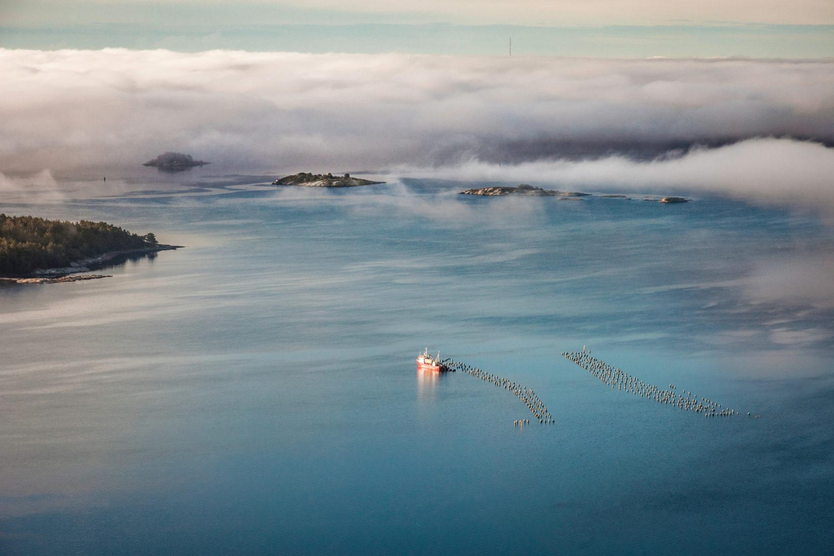 En ensam fiskebåt på havet