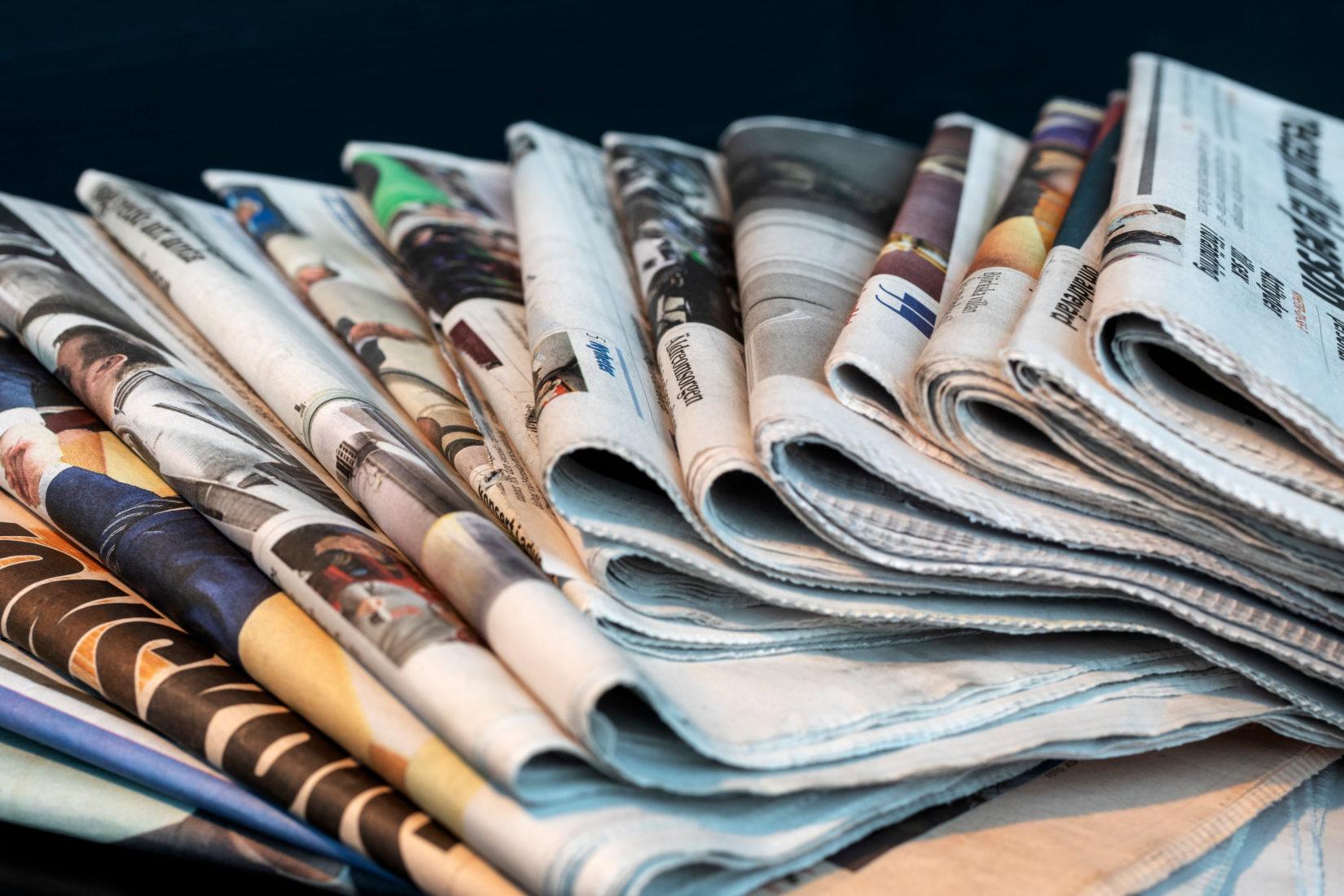 Bild på en hög med dagstidningar