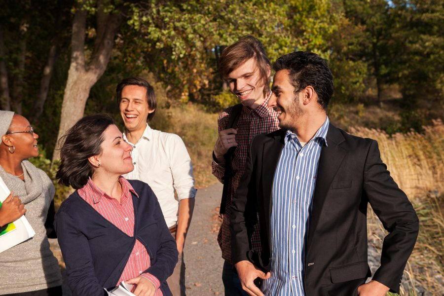 En grupp människor som skrattar.