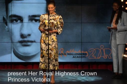 Kronprinsessan står på en scen och håller ett hyllningstal