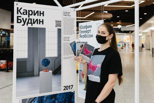 Utställningsguide visar utställningen i St Petersburg